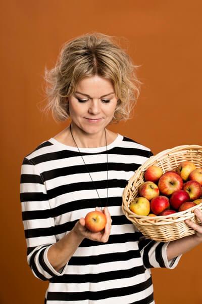 Karen Nørby med æbler